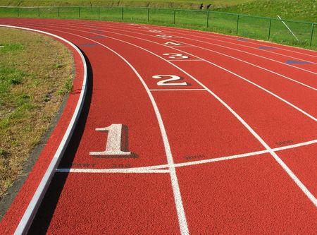 pista de atletismo: En la curva de la pista de atletismo.  Foto de archivo