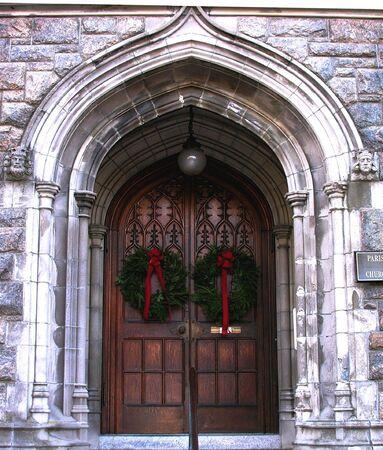 coronas de navidad: Coronas de Navidad a las puertas de la iglesia