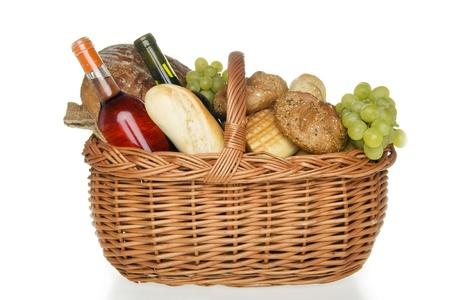 canastas de frutas: Cena en la cesta de picnic, en el fondo blanco. Foto de archivo