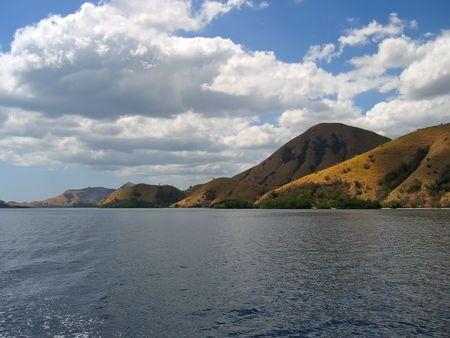 komodo: Montagne che cadono sul mare - arcipelago di Komodo - lIndonesia.