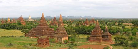 stupas: Paesaggio della valle al tramonto con i templi e stupa - Bagan - Myanmar - Panorama.