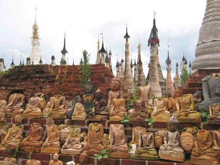 sitted: Group of decapitated sitted buddhas - Kakku - Myanmar. Stock Photo