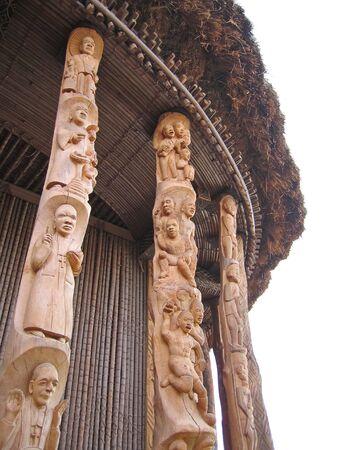 cameroon: Dettaglio di alcuni ceramica, disegno e scultura sui pilastri di un capo casa - Camerun - Africa.