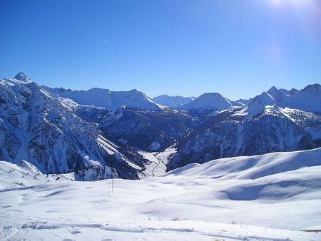 Montañas nevadas de los Alpes - Briançon - Francia.  Foto de archivo - 921384
