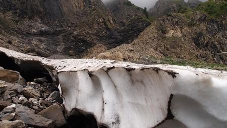 bellow: Detalle de los glaciares en las monta�as franc�s con cavidad negro bellow - Aravis pasar - Francia - los Alpes - panorama.