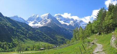loin: Vue de loin dans le fond de la montagne cirque de Gavarnie - Les Pyr�n�es - France - Panorama. Banque d'images