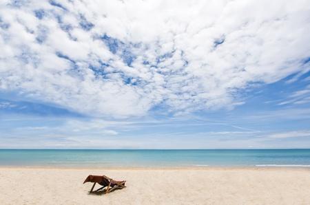 Strand stoel op wit zand met uitzicht op de Andaman