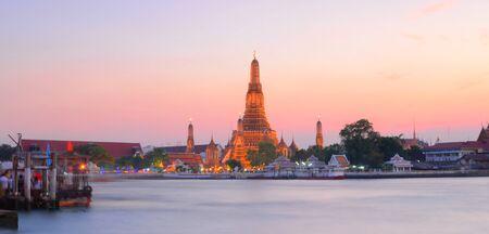 phraya: Wat Arun a trav�s del r�o Chao Phraya durante puesta del sol