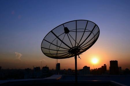 satelite: Plato de sat�lite de la salida del sol