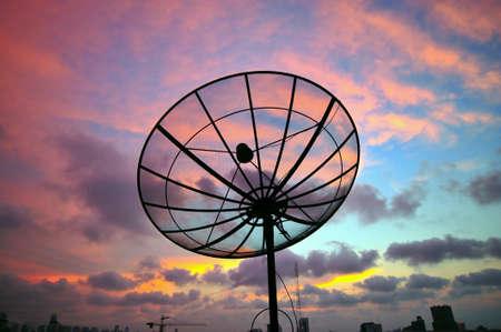 red: Plato de sat�lite de la salida del sol. Foto de archivo