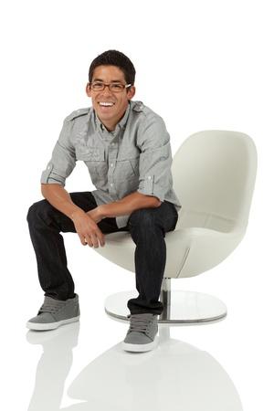 Hombre sentado en una silla moder Foto de archivo - 15440203