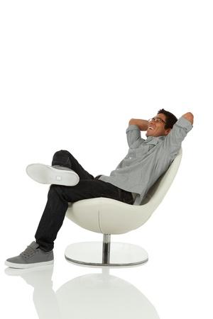 探しているリラックスできる椅子に坐っている人