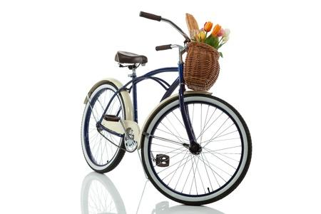 retro bicycle: Crucero de la playa con la cesta aislado en vista delantera blanca