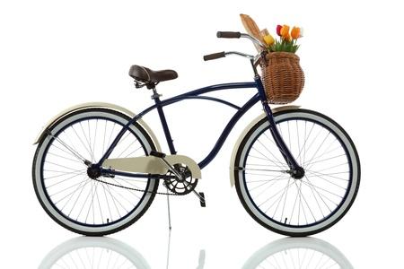 bicicleta retro: Crucero de la playa con la cesta aislada en vista lateral blanco