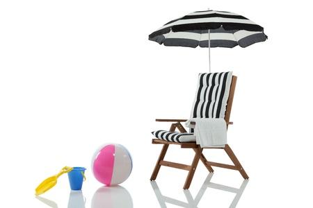 strandstoel: Strand stoel met parasol en strand speelgoed geïsoleerd op wit