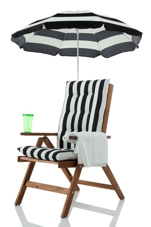 silla playa: Silla de playa con sombrilla, toalla y beber aislados en blanco Foto de archivo