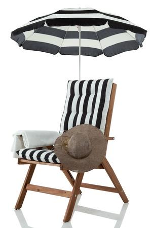 strandstoel: Strand stoel met paraplu, handdoek en zonnehoed geïsoleerd op wit Stockfoto