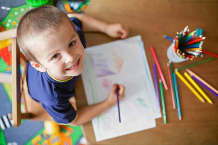 children: Мальчик, опираясь картину для отцов день Фото со стока