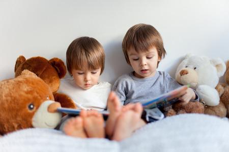 niños leyendo: Dos niños, la lectura de un libro, educando a sí mismos Foto de archivo