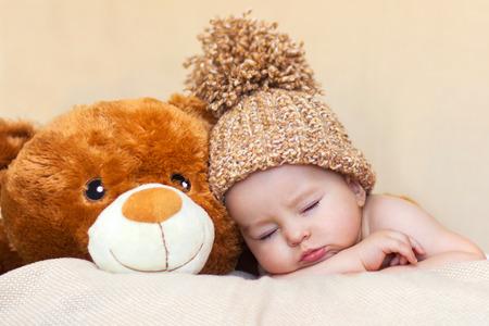 nackter junge: Kleines Baby, der mit Teddyb�ren schl�ft Lizenzfreie Bilder