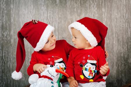 Twee jongens op kerst Stockfoto