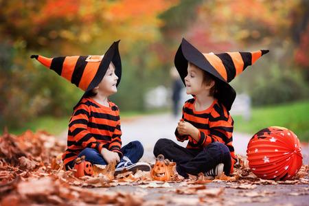 calabazas de halloween: Dos ni�os en el parque con los disfraces de Halloween, la diversi�n