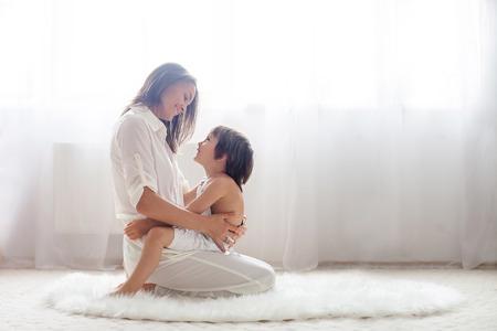 infant: Madre y su hijo, que abraza con ternura y cuidado