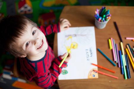 dessin: Adorable petit garçon, image de dessin pour Pâques à la maison, en se amusant, souriant à la caméra, tiré par le haut Banque d'images