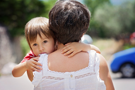 petit bonhomme: Grand-mère, la détention et étreignant son petit-fils, petit garçon caucasien, extérieur, tendre portrait