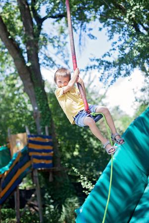 zorro: Niño lindo, muchacho, paseos en Flying Fox equipo de juego en el parque, de verano para niños