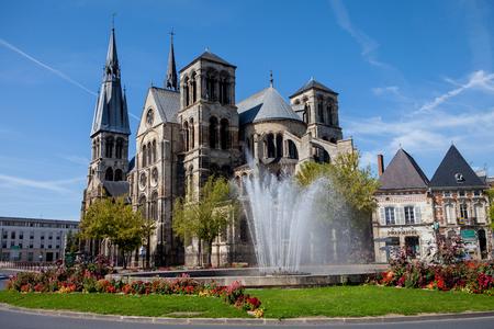 シャロン ・ アン ・ シャンパンの大聖堂の前に、噴水のある夏 写真素材