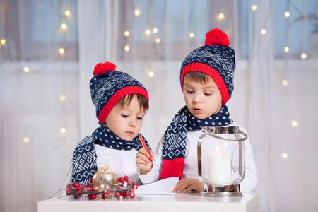Twee schattige kleine peuter kinderen, broers, het schrijven brief aan de kerstman Stockfoto