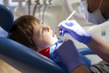 dentista: Peque�o ni�o, muchacho, sentado en una silla de dentista, tener su chequeo anual