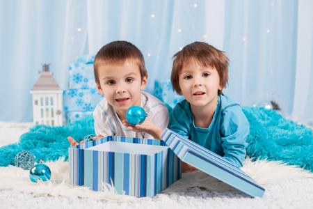 hermanos jugando: Ni�os adorables, hermanos boy, jugando con decoraci�n de Navidad. Concepto de la Navidad
