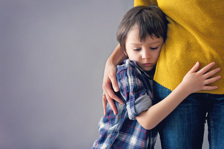 mujer pensativa: Sad pequeño niño, muchacho, que abraza a su madre en casa, aislada, copia espacio. concepto de familia