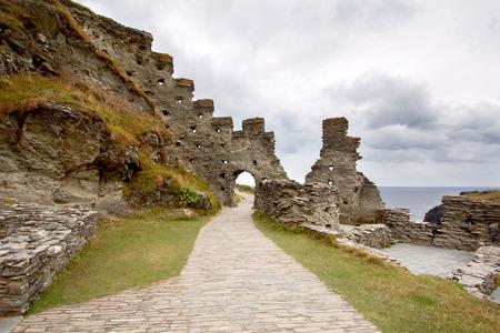 イギリス イングランド, イギリス、コーンウォール北海岸のティンタジェル城の遺跡 写真素材