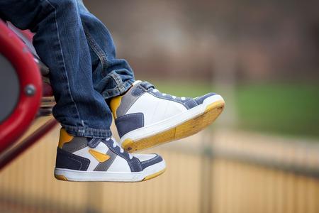 Le nuove scarpe da ginnastica sui ragazzi piedi, all'aperto