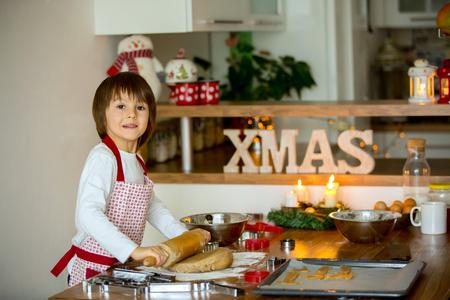 haciendo pan: Dos niños dulces, hermanos del muchacho, la preparación de galletas de jengibre para la Navidad, hornear en casa