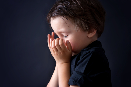 Little boy praying, child praying, isolated black background Imagens - 84965681