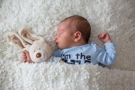 Kleine Neugeborene schlafen mit Spielzeug, Baby mit scin Hautausschlag, Kind Dermatitis Symptom Problem Hautausschlag, Neugeborenen Leiden atopischen Symptom auf der Haut. Konzept Kind Gesundheit Standard-Bild - 84942171