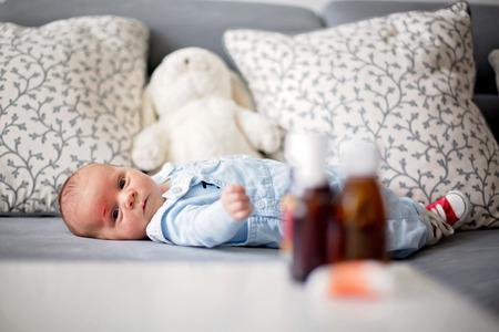 Weinig pasgeboren baby met kleine wond op zijn voorhoofd, kras