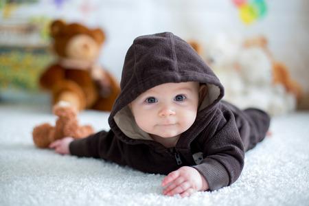 부드러운 테 디 베어 장난감 집에서 놀고 작은 아기 소년, 누워