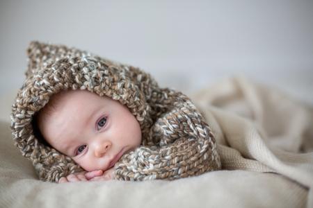 작은 아기 소년, 소프트 테디 베어 장난감으로 집에서 자고 누워, 아래로