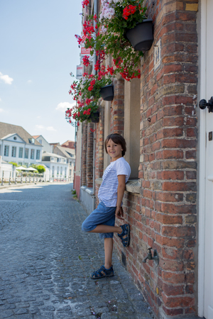 Cute preschool child, beautiful people, traveling and sightseeing in Brugge, Belgium Banque d'images - 107482075