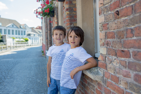 Cute preschool child, beautiful people, traveling and sightseeing in Brugge, Belgium Banque d'images - 107472522