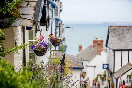 Hermosa vista de las calles de Clovelly, bonito y antiguo pueblo en el corazón de Devonshire, Inglaterra Foto de archivo