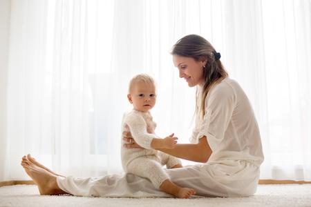 Joven madre amamantando a su bebé niño en casa