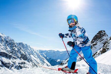 Glückliche Menschen, Kinder und Erwachsene, Skifahren an einem sonnigen Tag in den Tiroler Bergen. Kinder haben Spaß beim Skifahren