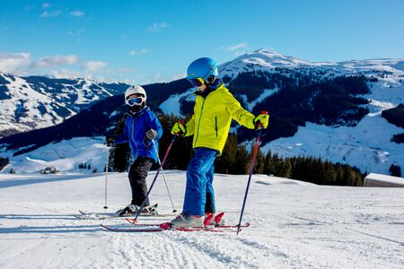 Family, skiing in winter ski resort on a sunny day, enjoying scenery landscape Banque d'images