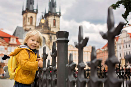 Cute child, boy, visiting Prague after the quarantine Covid 19, empty streets 免版税图像 - 151122307